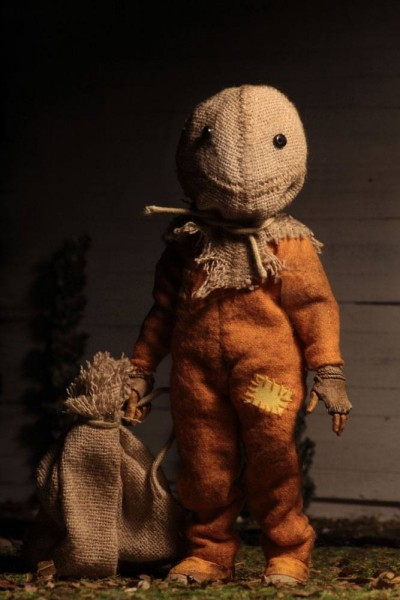 Zum Horrorfilm Trick 'r Treat - Die Nacht der Schrecken kommt diese coole Figur von Sam im Retro-Look. Sie ist ca. 13 cm groß, trägt echte Stoffkleidung und wird in einer Blisterverpackung geliefert.
