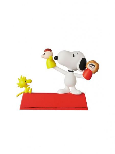 """Aus Medicoms beliebter UDF (Ultra Detail Figure) Reihe kommen diese detailreichen Minifiguren aus dem Cartoon-Klassiker """"Peanuts"""". Sie sind ca. 10 cm groß und werden in einer Blisterverpackung geliefert."""