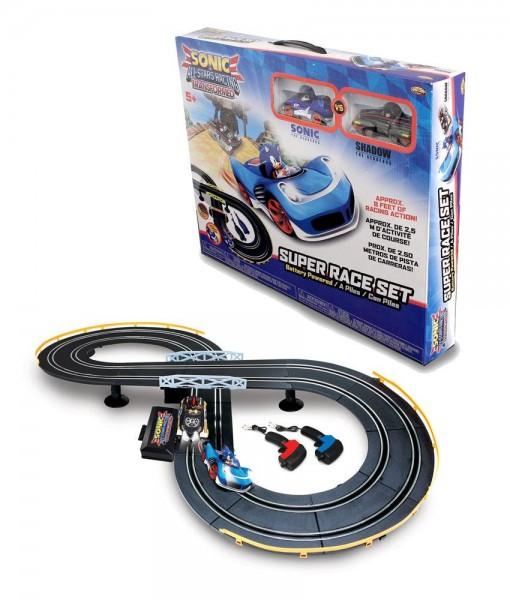 Mit dieser coolen Rennbahn kannst Du 2 Fahrzeuge aus dem Videospiel Sonic & All-Stars Racing Transformed gegeneinander antreten lassen. \n\nDie zweispurige Bahn wird aus mehreren Teilen zusammengesetzt und kommt mit zwei Fahrzeugen inkl. Leuchtfunktion so
