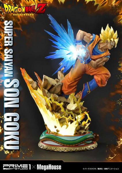 """Zur Anime-Serie """"Dragon Ball Z"""" kommt diese fantastische Statue von Son Goku. Das im Maßstab 1/4 gehaltene Sammlerstück ist ca. 64 x 48 x 47 cm groß und wurde aus hochwertigem Polystone gefertigt. Die Statue wird styropor-geschützt, in einer bedruckten Bo"""