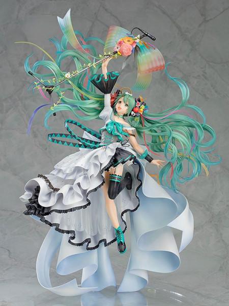 Aus Good Smile Company´s ´Character Vocal Series´-Reihe kommt diese detailreiche Statue von Hatsune Miku. Die aus PVC gefertigte Statue kommt im Maßstab 1/7 und ist ca. 43 cm groß. Sie wird in einer bedruckten Fensterbox geliefert.