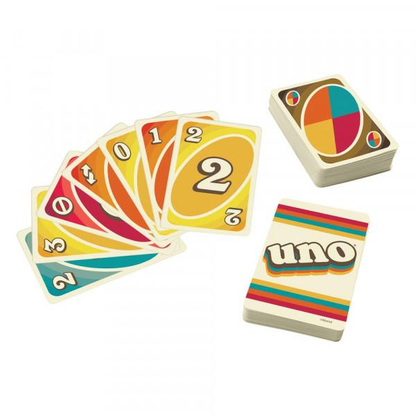 Mit dieser Serie, die jedes Jahrzehnt seit den 1970ern bis heute ehrt, feiert das beliebte Kartenspiel UNO fünfzig Jahren Spielspaß! Die 70er Jahre Edition des Kartenspiels hat ein cooles Design mit beigem Hintergrund und matten Farben, die den Stil diese
