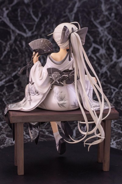 Aus der japanischen Visual-Novel-Reihe ´Yosuganosora´ kommt die einzigartige PVC Statue von Sora Kasugano. \n\nSie kommt im Maßstab 1:7, ist ca. 21 cm gross und wird inklusive Base in einer Fensterbox geliefert.