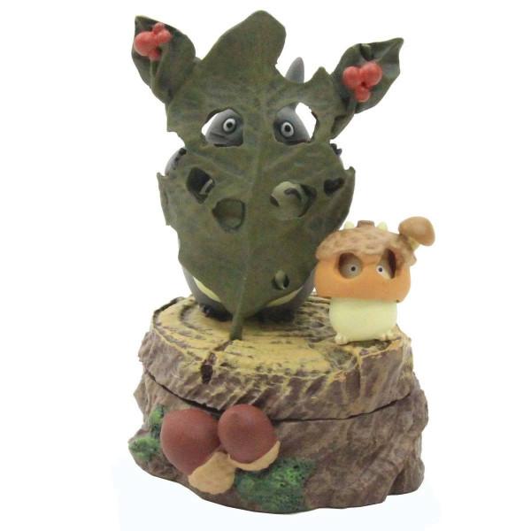 """Zum Film """"Mein Nachbar Totoro"""" kommt diese detaillierte Statue aus hochwertigem Resin. Das handbemalte Sammlerstück ist ca. 5,9 × 8,4 × 5,2 cm groß und wird in einem bedruckten Karton geliefert."""