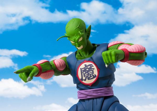 """Zur Anime-Serie """"Dragon Ball"""" kommt diese großartige und voll bewegliche Actionfigur aus Tamashii Nations """"S.H. Figuarts""""-Reihe.Die Figur ist ca. 19 cm groß und wird mit weiterem Zubehör und austauschbaren Teilen in einer Fensterbox geliefert."""