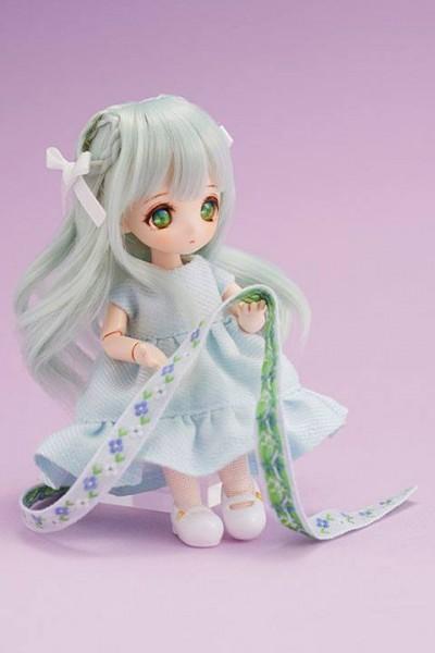 """Aus dem japanischen Puppenkleidung Buch """"Obitsu"""" kommt diese wunderschöne, voll bewegliche Puppe von Ribbon. Sie ist ca. 12 cm groß und trägt echte Stoffkleidung. Sie kommt mit weiterem Zubehör in einer Geschenkbox geliefert."""